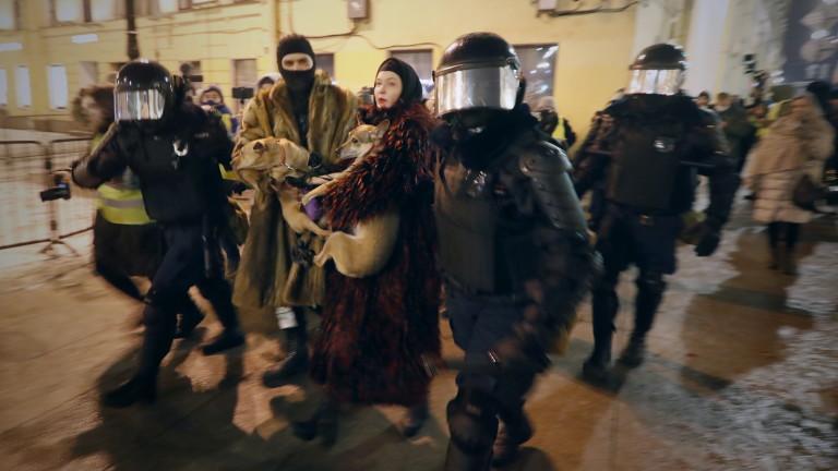 Руски вестници днес заклеймиха нарастващите полицейски репресии срещу мирни протестиращи