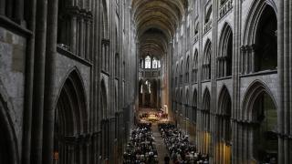 Хиляди изпратиха убития от джихадисти френски свещеник