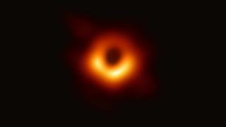 Показаха първата истинска снимка на черна дупка