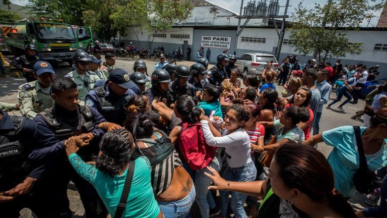 Размирици и пожар в полицейски участък във венецуелския град Валенсия,