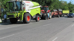 Трактори и комбайни зареждат демонстративно по бензиностанциите