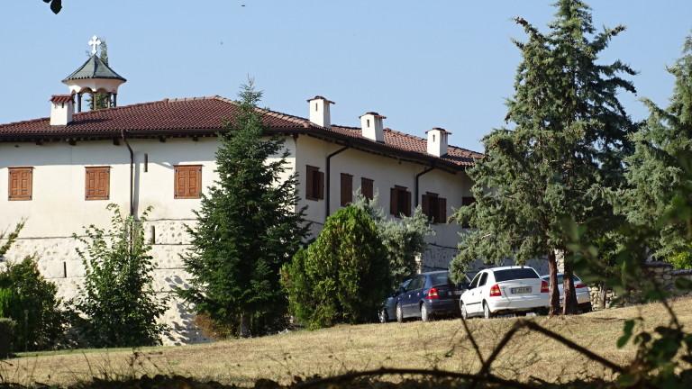 Въоръжени ограбиха Роженския манастир