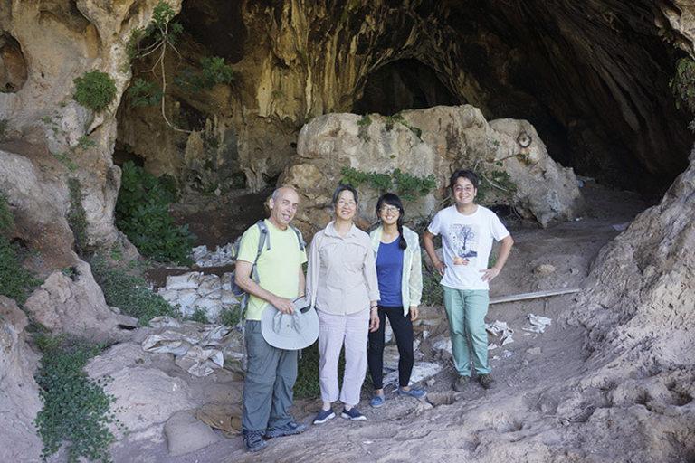 Проф. Лиуи и колегите му на входа на пещерата