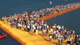 Хиляди туристи ходят по вода с новата инсталация на Кристо в Италия