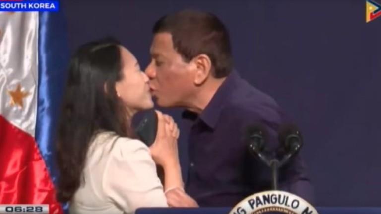 Дутерте целува филипинка по устните, заля го вълна от остри критики