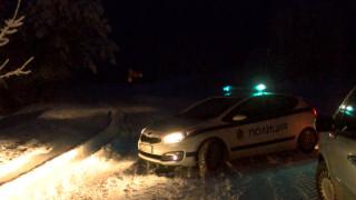 Спасиха младежи, закъсали в снега на пътя Бузлуджа-Шипка