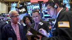 Заплатите на Wall Street продължават да спадат, заедно с броя на трейдърите