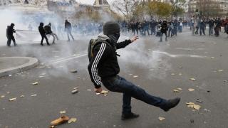 Сълзотворен газ срещу екоактивисти в Париж, хиляди шестват по света