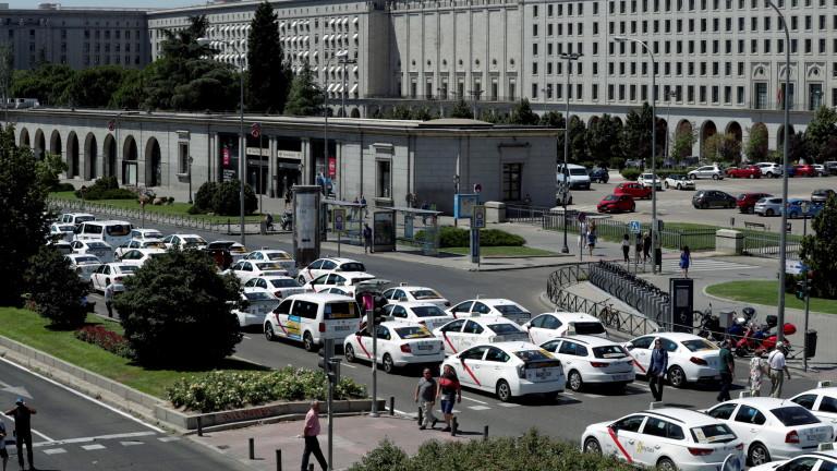 Испански таксиметрови шофьори блокираха ключови улици в Барселона и Мадрид