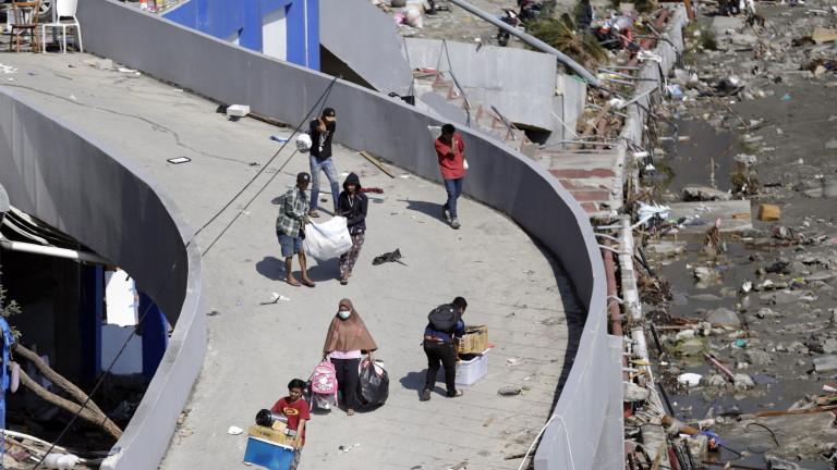 Най-малко 832 души са загинали след силното земетресениеи последвалото цунами