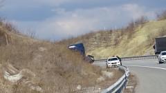 Катастрофа и аварирал ТИР ограничиха движението по път Монтана - Видин