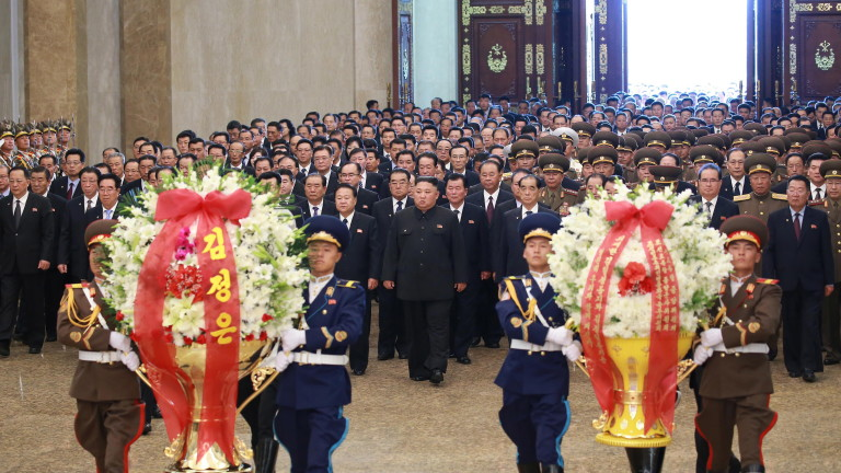 Лидерът на Северна Корея Ким Чен-ун заснет да спи на