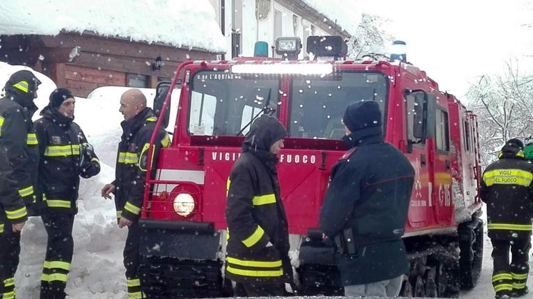 Спасиха 3 деца в затрупания от лавина хотел в Италия