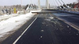 Силните студове напукаха мост в Канада