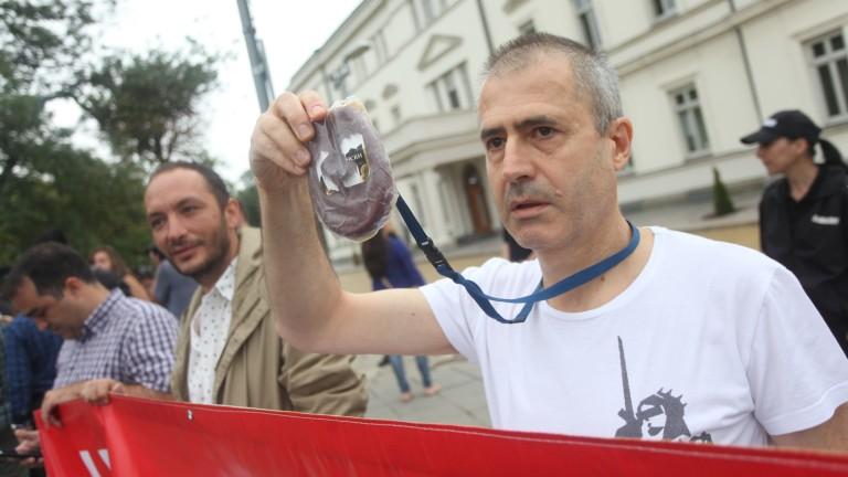 Прокуратурата отклони вниманието от КТБ със суджука, обяви Христо Иванов на протест пред НС
