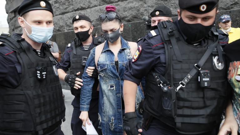 Руски следователи са обискирали домовете на няколко критици на Кремъл,