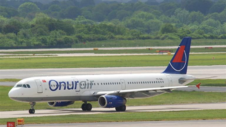 Самолет кацна аварийно в Русия, 11 пътници потърсиха медицинска помощ