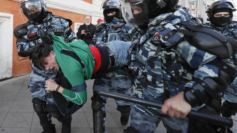 Затвор за протестиращи в Москва за използване на сила срещу полицаи