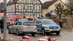 Кола се заби в тълпа на карнавално шествие в Германия, десетки ранени