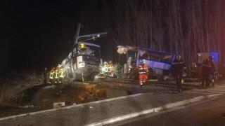 Шест деца са загинали при тежката катастрофа на училищен автобус с влак във Франция