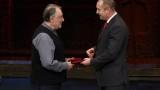 Президентът награди актьора Васил Михайлов за заслуги в културата