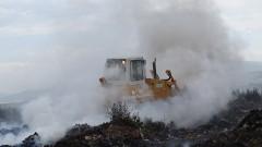 Гасят горящото сметище в Кочериново