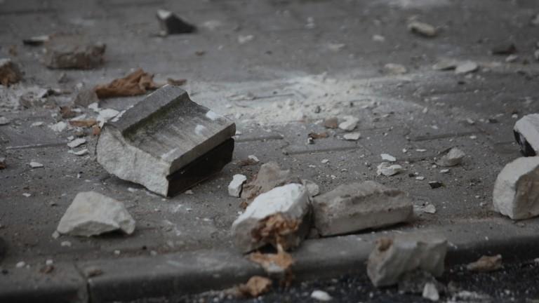 Опасна сграда се руши в центъра на Бургас