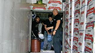 """Спипаха 73-ма нелегални в камион с дини на """"Кулата"""""""