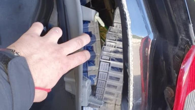 Полицаи откриха 20 000 къса цигари в автомобил, съобщи МВР.