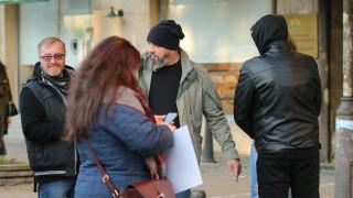 10 души пред МЗ отказват да стават зомбита с маски