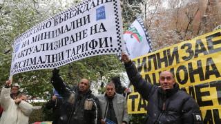 Таксиметрови шофьори искат по-високи тарифи на протест пред столична община