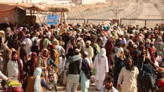 Пакистан затваря границата си с Афганистан