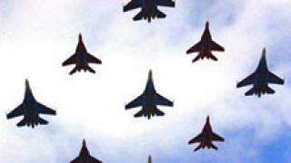 Военни самолети тренират за парада
