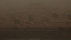 Оранжево небе над Пекин вследствие на пустинна буря и рекордни нива на замърсяване