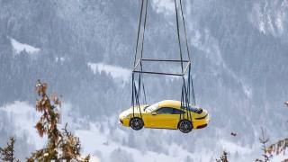 Защо едно Porsche полетя над Алпите