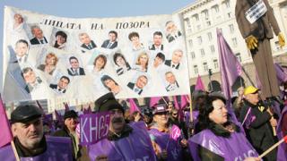Продължават преговорите между управляващите и синдикатите