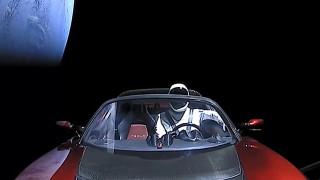 """Докъде стигна """"астронавтът"""" на Илон Мъск в космоса"""