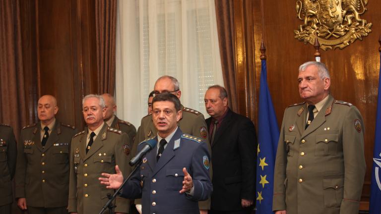 Шефът на отбраната хвърли оставка