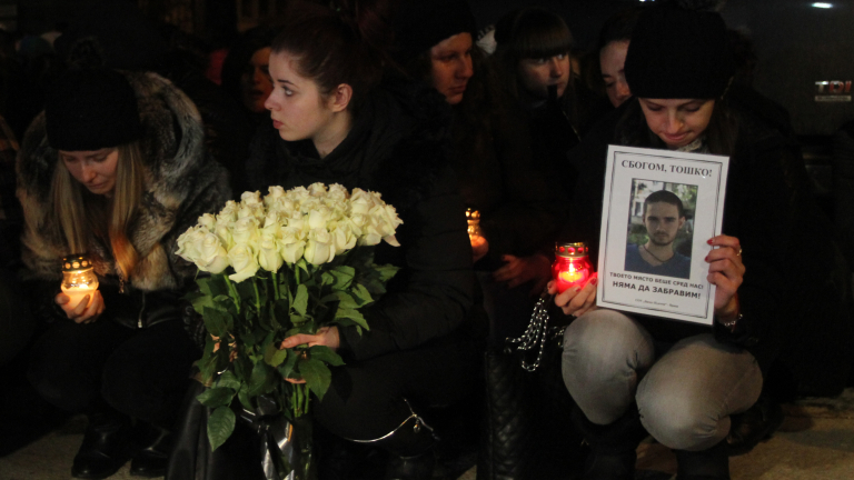 Съученици, роднини и приятели си взеха последно сбогом с Тодор във Враца