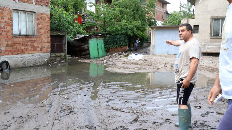 В Хасково от пътна шахта водата се излива в съседните домове