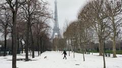 Снеговалеж затвори за посещения Айфеловата кула