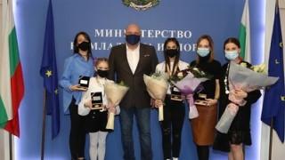 Кралев награди с плакети медалистките и техните треньори, участвали в Европейското първенство по художествена гимнастика