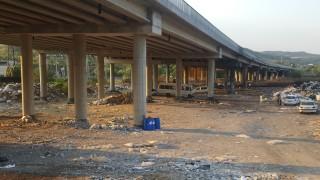 """Боклуците под виадукта на """"Струма"""" изчистени, остава сметището до магистралата"""