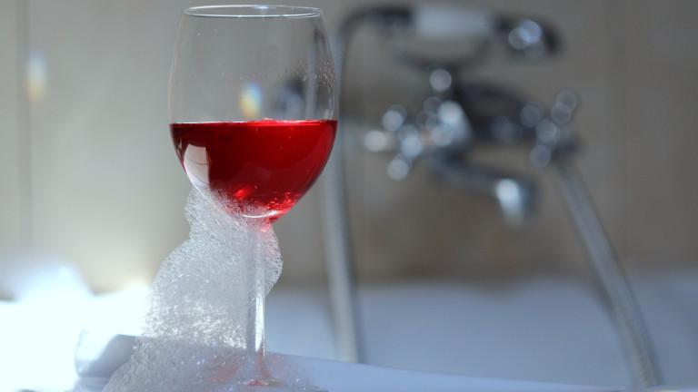 С чаша вино под душа