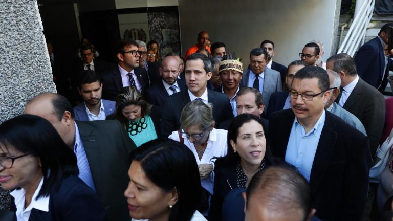 Националната гвардия не пусна лидера на опозицията във Венецуела Хуан