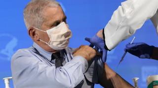И Антъни Фаучи се ваксинира срещу коронавируса на живо