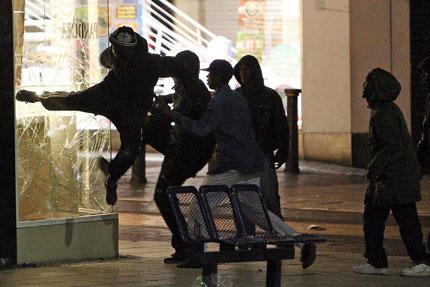 Размириците в Лондон взеха жертва