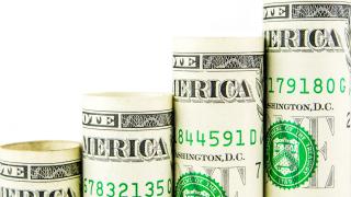 Доларът скочи до двугодишен пик. Златото силно поевтиня