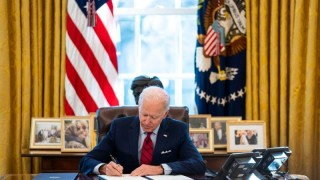 Джо Байдън подписа пакета от стимули за 1,9 трлн. долара