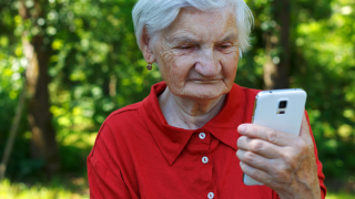 Учат пенсионери да боравят със смартфони